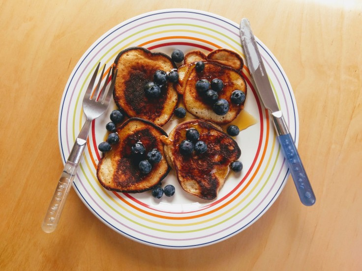 banana-pancakes-blueberries